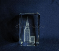 Сувенир из стекла с московским кремлём.