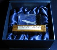 Пример комплектации изделия подсветкой, шильдом с дарственной надписью и подарочной упаковкой.